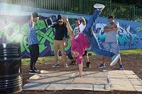 公園でブレイクダンスを楽しむ若者グループ