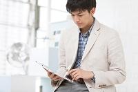 タブレットを操作する日本人男性