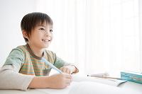 勉強をする日本人の男の子