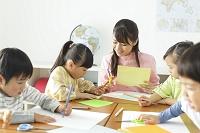 図工の授業を受ける生徒と先生