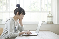 パソコンをする10代女子大生