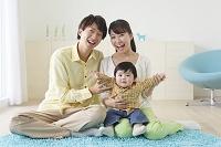 赤ちゃんを抱っこするお父さんとお母さん