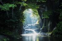 千葉県 朝焼け射す濃溝の滝