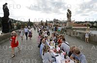 500メートルのテーブルで食事 チェコ・プラハのカレル橋