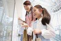 ウィンドウショッピングをする日本人親子