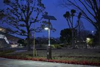 太陽電池パネルを備えたLED照明 - 定点撮影(日没後の様子=...