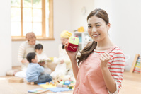 笑顔の日本人女性保育士