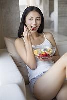 果物を食べる若い女性
