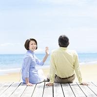 ウッドデッキに座る日本人夫婦