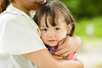 お母さんに抱っこされる女の子