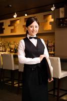 トレーを持っている日本人女性従業員