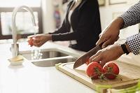 キッチンで調理する外国人カップル