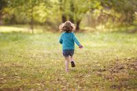 紅葉を楽しむ外国人の子供