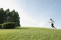 草原をジョギングする日本人女性