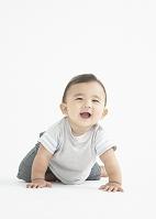 ハイハイをする日本人の赤ちゃん