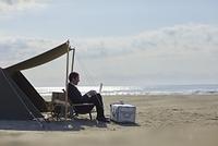 海岸で仕事をする日本人ビジネスマン
