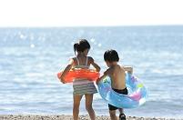 波打ち際の浮き輪の子供