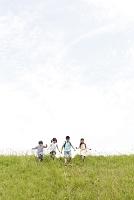 土手を駆け下りる日本人の子供達