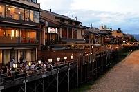 京都府 夕暮れの鴨川桟敷