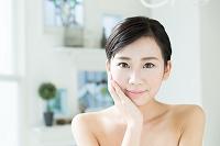 肌の綺麗な10代後半の日本人女性