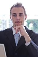 頬杖をする外国人ビジネスマン