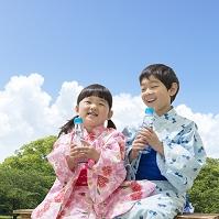 浴衣の日本人兄妹