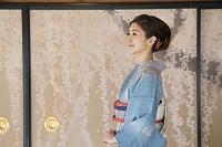 手を組む着物の日本人女性