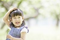 白い花を持つ笑顔の女の子