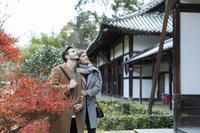 寺院を観光する外国人カップル