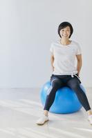 バランスボールをするアラフィフの日本人女性