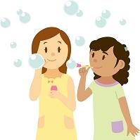 シャボン玉で遊ぶ南米系女子と日本人女子