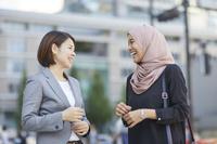 ムスリムと日本人のビジネスウーマン