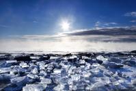 北海道 凍て付いた朝の気嵐とジュエリーアイス(豊頃町)