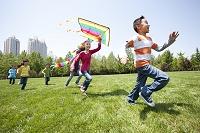凧揚げをして遊ぶ子供達