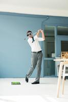 VRゴーグルでゴルフするビジネスマン