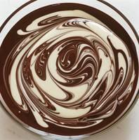 混ざり合う2色のチョコレートソース