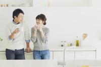 キッチンでくつろぐカップル