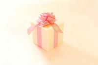 ピンクのリボンの付いたプレゼント