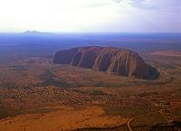 オーストラリア エアーズロックとオルガ山(カタ・ジュタ)(左...