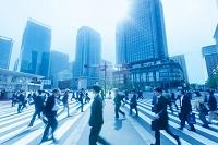 東京都 丸の内のビジネスマンとビル群