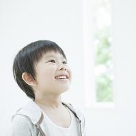 遠くを見て笑う日本人の男の子