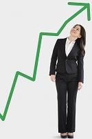 緑の矢印を見上げるビジネスウーマン