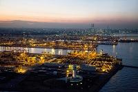 夕暮れの本牧ふ頭コンテナターミナルと横浜港と横浜市街地