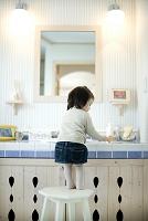 洗面台の前に立つ女の子