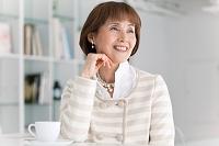 ティータイム中の中高年日本人女性
