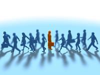 進む集団をよそに立ち止まる1人の赤いビジネスマン