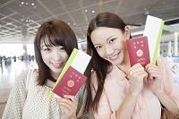 パスポートとチケットを持って微笑む日本人女性達