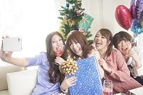 クリスマスパーティーを楽しむ日本人の若者