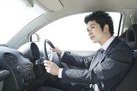 運転席に座るビジネスマン