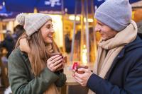 クリスマスマーケットを楽しむカップル